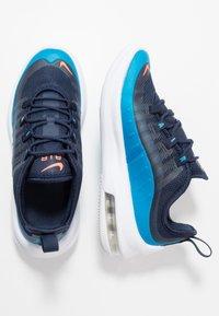 Nike Sportswear - AIR MAX AXIS - Sneakers basse - midnight navy/hyper crimson/laser blue - 0