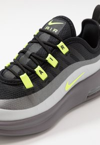 Nike Sportswear - AIR MAX AXIS - Sneakersy niskie - black/volt/gunsmoke - 2