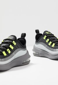 Nike Sportswear - AIR MAX AXIS - Sneakers basse - black/volt/gunsmoke - 6
