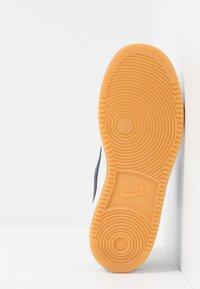 Nike Sportswear - COURT BOROUGH - Joggesko - white/obsidian/university red/light brown - 5