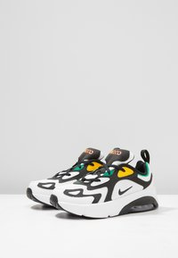 Nike Sportswear - NIKE AIR MAX 200 SCHUH FÜR JÜNGERE KINDER - Sneaker low - white/black/bright crimson/university gold - 3