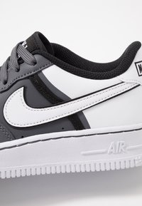 Nike Sportswear - AIR FORCE 1 LV8  - Matalavartiset tennarit - dark grey/white/black - 2