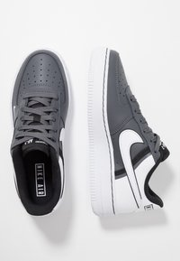 Nike Sportswear - AIR FORCE 1 LV8  - Matalavartiset tennarit - dark grey/white/black - 0