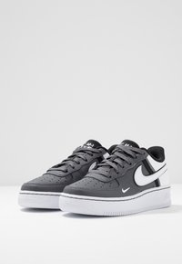 Nike Sportswear - AIR FORCE 1 LV8  - Matalavartiset tennarit - dark grey/white/black - 3