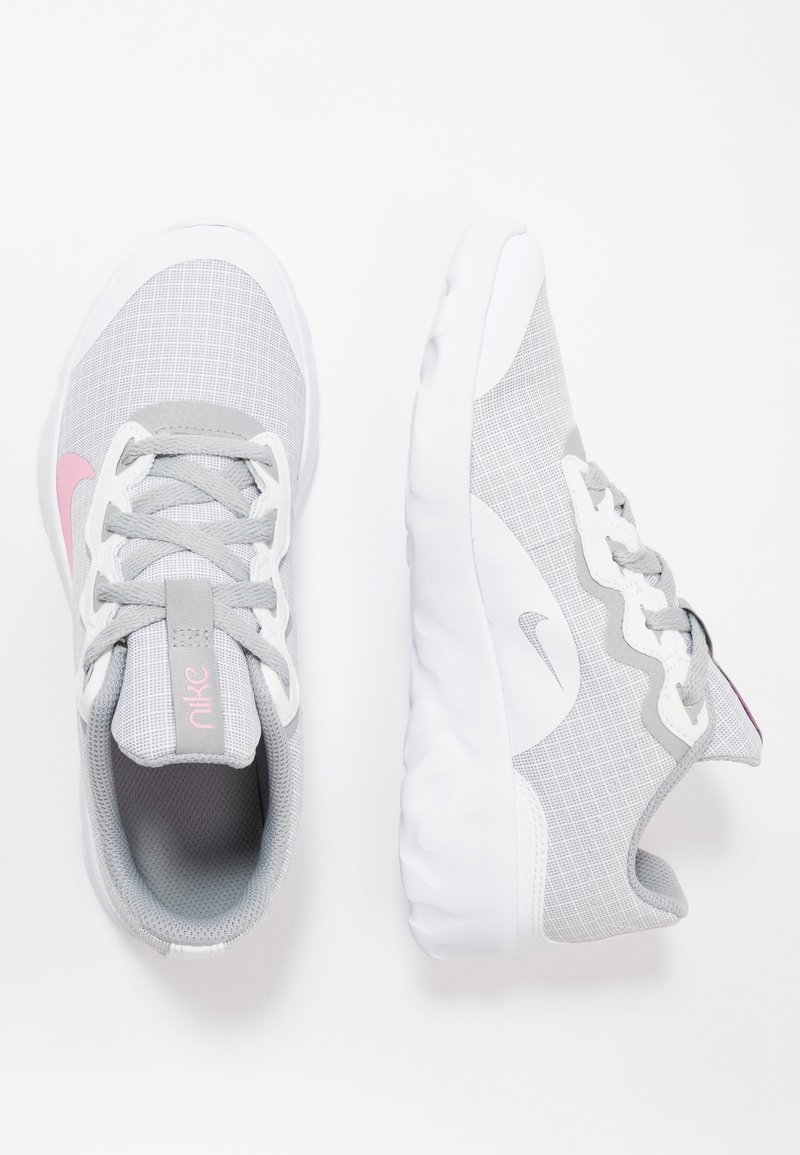 Nike Sportswear - EXPLORE STRADA - Tenisky - white/pink/light smoke grey