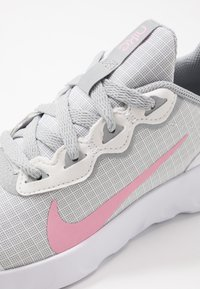 Nike Sportswear - EXPLORE STRADA - Tenisky - white/pink/light smoke grey - 2