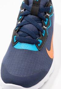 Nike Sportswear - EXPLORE STRADA - Tenisky - midnight navy/hyper crimson/laser blue/black - 5