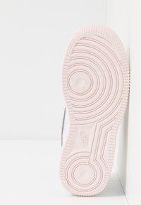 Nike Sportswear - FORCE 1 LV8 1 - Tenisky - white/atmosphere grey/off noir/hyper crimson/light soft pink - 5