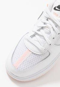 Nike Sportswear - FORCE 1 LV8 1 - Tenisky - white/atmosphere grey/off noir/hyper crimson/light soft pink - 2