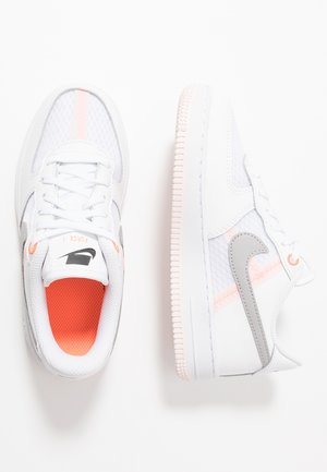 FORCE 1 LV8 1 - Matalavartiset tennarit - white/atmosphere grey/off noir/hyper crimson/light soft pink
