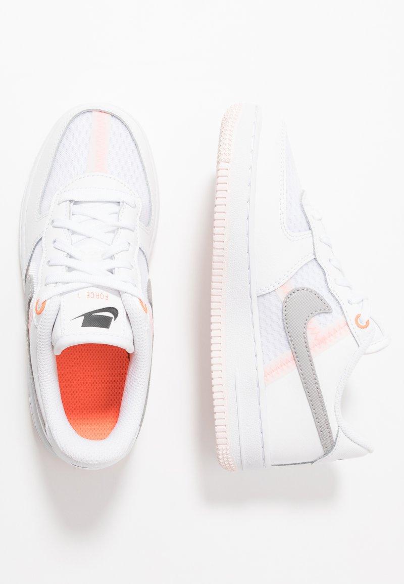 Nike Sportswear - FORCE 1 LV8 1 - Tenisky - white/atmosphere grey/off noir/hyper crimson/light soft pink