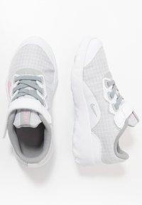 Nike Sportswear - EXPLORE STRADA - Sneakers basse - white/pink/light smoke grey - 0