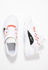 Nike Sportswear - EXPLORE STRADA - Sneakers basse - platinum tint/black/bright crimson/hyper royal - 0