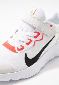 Nike Sportswear - EXPLORE STRADA - Sneakers basse - platinum tint/black/bright crimson/hyper royal - 2