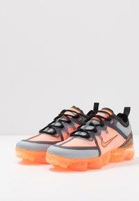 Nike Sportswear - AIR VAPORMAX 2019 - Joggesko - dark grey/total orange/wolf grey - 3