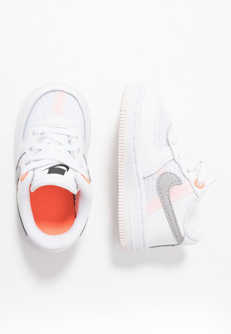 Nike Sportswear - FORCE 1 LV8  - Zapatillas - white/atmosphere grey/off noir/hyper crimson/light soft pink