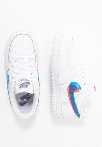 Nike Sportswear - FORCE 1 LV8 - Matalavartiset tennarit - white/blue hero/bright crimson - 0