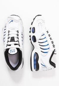 Nike Sportswear - AIR MAX TAILWIND - Sneakers basse - white/racer blue/summit white/vast grey/black - 0