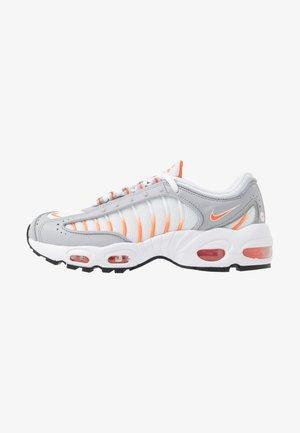 AIR MAX TAILWIND IV - Sneakers basse - white/orange blaze/wolf grey/black