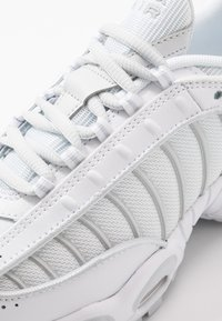 Nike Sportswear - AIR MAX TAILWIND IV - Trainers - white/pure platinum - 2