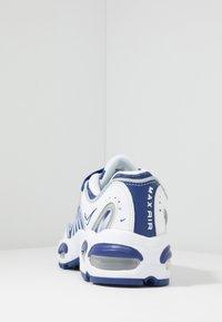 Nike Sportswear - AIR MAX TAILWIND IV - Sneaker low - white/deep royal blue/wolf grey - 4