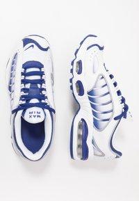 Nike Sportswear - AIR MAX TAILWIND IV - Sneaker low - white/deep royal blue/wolf grey - 0