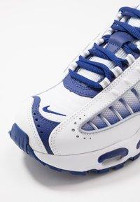 Nike Sportswear - AIR MAX TAILWIND IV - Tenisky - white/deep royal blue/wolf grey - 2