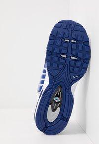 Nike Sportswear - AIR MAX TAILWIND IV - Sneaker low - white/deep royal blue/wolf grey - 5