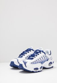 Nike Sportswear - AIR MAX TAILWIND IV - Tenisky - white/deep royal blue/wolf grey - 3