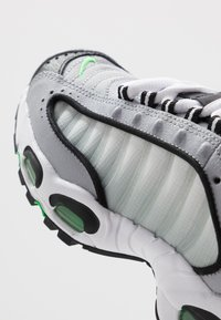 Nike Sportswear - AIR MAX TAILWIND IV - Trainers - wolf grey/green spark/white/black - 2