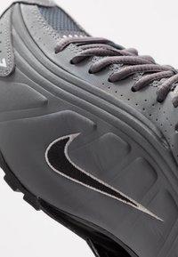 Nike Sportswear - SHOX R4 BG - Zapatillas - enigma - 2