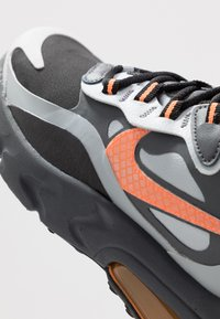 Nike Sportswear - AIR MAX 270 REACT WINTER - Sneakers basse - black/total orange/wolf grey/dark grey - 2