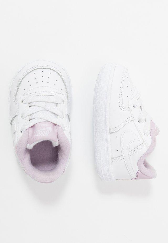 FORCE 1 CRIB - Lära-gå-skor - white/iced lilac
