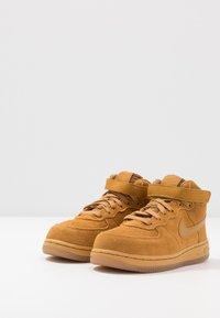 Nike Sportswear - FORCE 1 MID LV8 3 - Sneakersy wysokie - wheat/light brown - 3