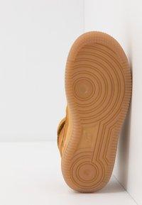 Nike Sportswear - FORCE 1 MID LV8 3 - Sneakersy wysokie - wheat/light brown - 5