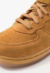 Nike Sportswear - FORCE 1 MID LV8 3 - Sneakersy wysokie - wheat/light brown - 2