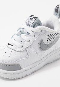 Nike Sportswear - FORCE 1 LV8 2 - Sneakers laag - white/wolf grey/black - 2