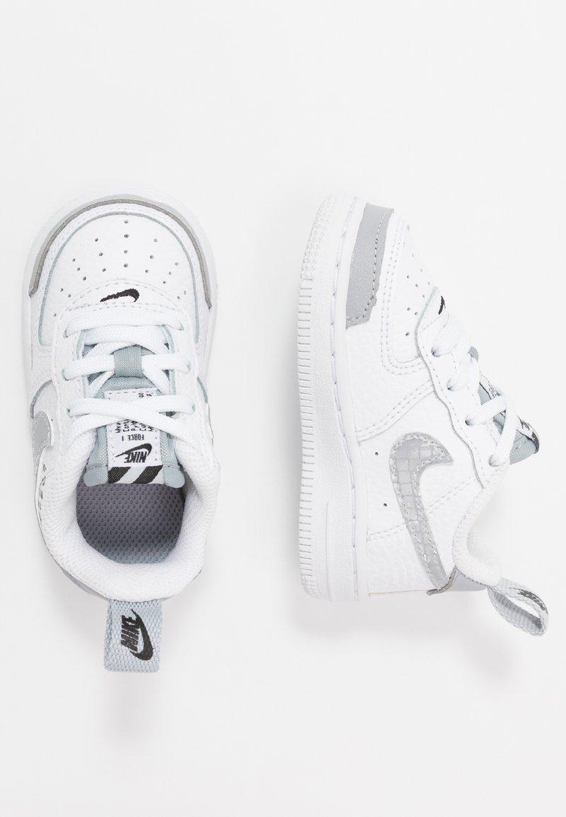 Nike Sportswear - FORCE 1 LV8 2 - Sneakersy niskie - white/wolf grey/black