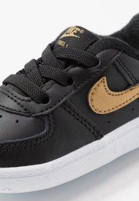 Nike Sportswear - FORCE 1 CRIB - Chaussons pour bébé - black/metallic gold - 2