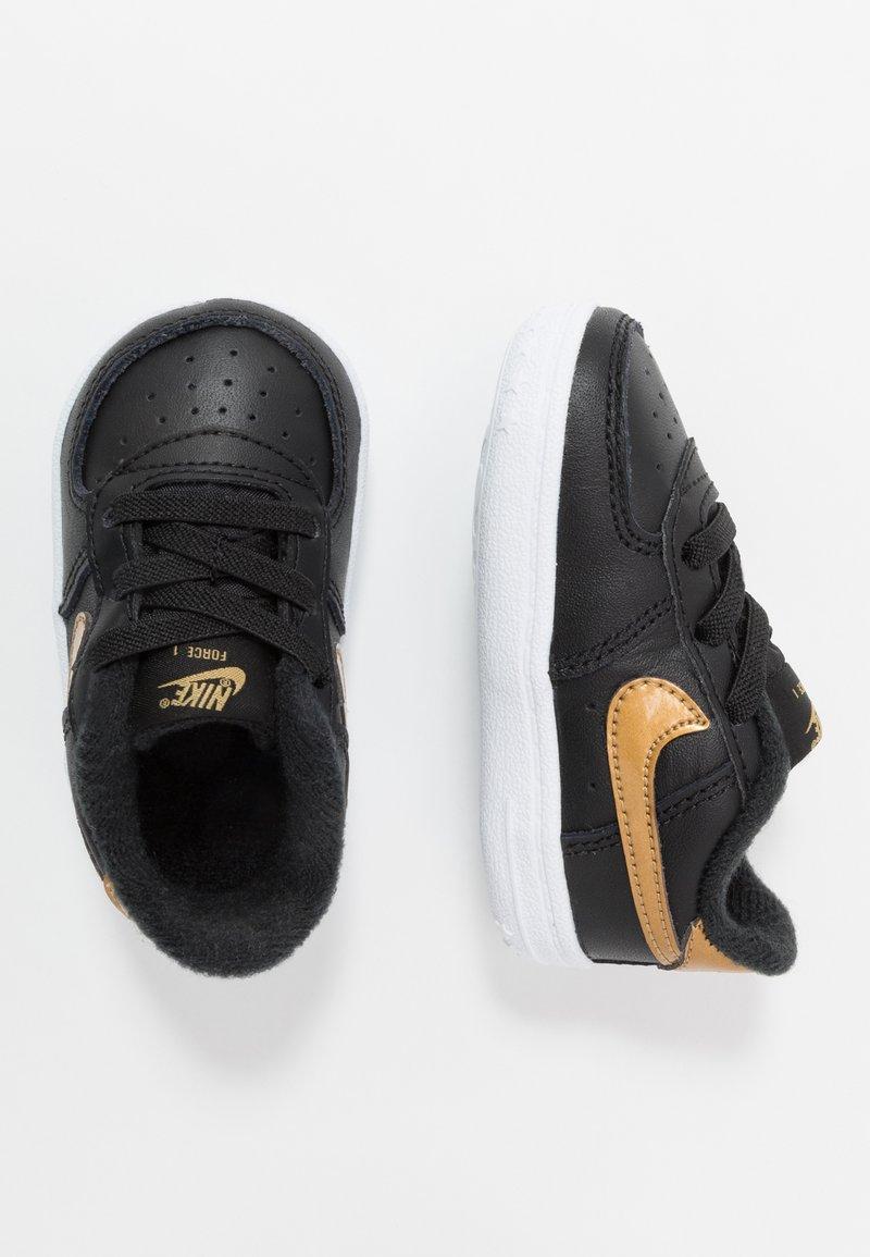 Nike Sportswear - FORCE 1 CRIB - Chaussons pour bébé - black/metallic gold
