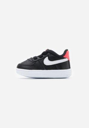 FORCE 1 CRIB - First shoes - black/white/flash crimson