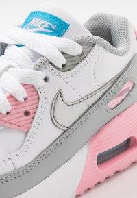 Nike Sportswear - AIR MAX 90 LTR - Sneakersy niskie - light smoke grey/metallic silver/white/pink - 2