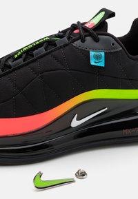 Nike Sportswear - MX-720-818 BG - Sneakers laag - black/white/green strike/flash crimson - 5