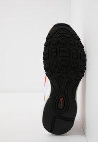 Nike Sportswear - AIR MAX 97 SE - Zapatillas - metallic red bronze/team orange/summit white - 5