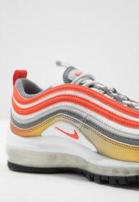 Nike Sportswear - AIR MAX 97 SE - Zapatillas - metallic red bronze/team orange/summit white - 2