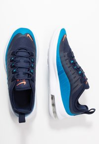 Nike Sportswear - AIR MAX AXIS - Sneakers basse - midnight navy/hyper crimson/laser blue - 0