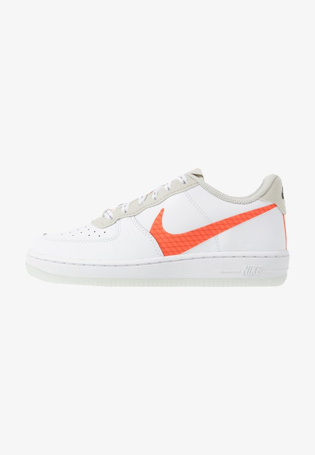 FORCE 1 LV8 3 - Sneakers laag - white/total orange/summit white/black