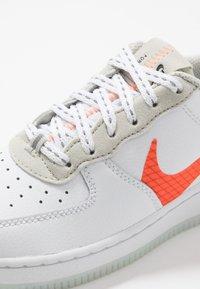 Nike Sportswear - FORCE 1 LV8 3 - Sneakers laag - white/total orange/summit white/black - 5
