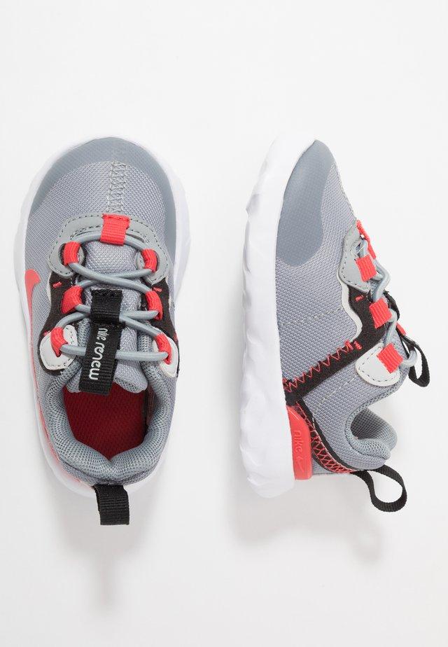 RENEW 55 - Tenisky - particle grey/track red/grey fog/black