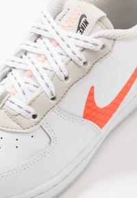 Nike Sportswear - FORCE 1 LV8 3  - Sneakers laag - white/total orange/summit white/black - 2